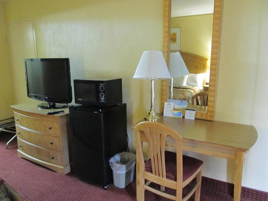Days Inn Washington: Desk, TV area
