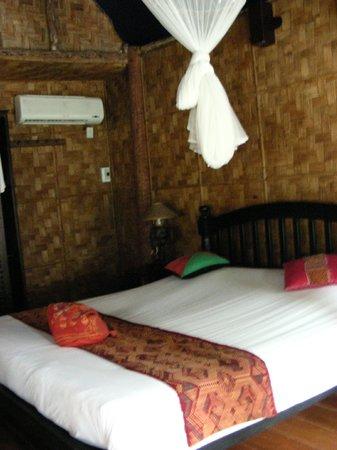 Ban Sabai Riverside Bungalow: Il climatizzatore è puntato sul letto