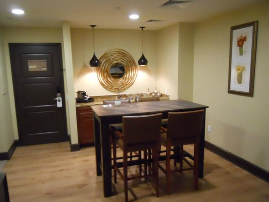 Omni Austin Hotel Downtown : Dining table in suite