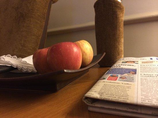 Vivanta by Taj - Malabar : fruta fresca, agua y periodico diario