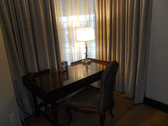 Omni Austin Hotel Downtown : Desk in suite