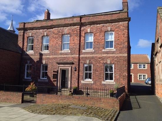 Parade School Guest House: frontage on a sunny morning