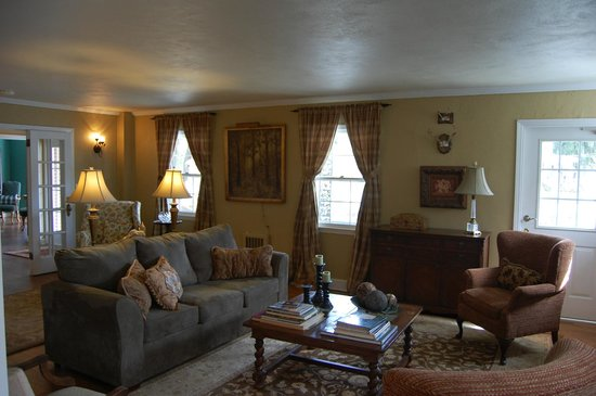 Campbell House - a Bed & Breakfast: Living Room