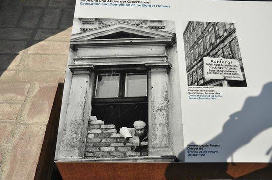Memorial of the Berlin Wall : foto de familias separadas