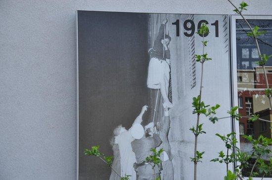 Memorial of the Berlin Wall : foto de como escapaban