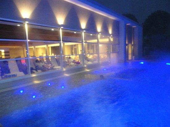 Hotel Mioni Pezzato: Piscina esterna in notturna