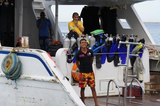 Ilios Dive Club: Crew auf einem Tauchboot