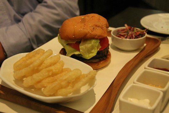 Market by Jean-Georges : Burger and fries