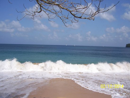 Sandals Regency La Toc: Waves at the beach!