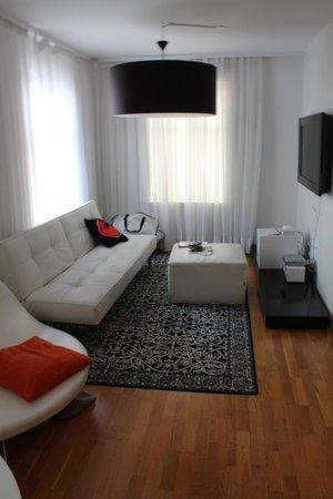 Apartment K: Salon avec canapé lit