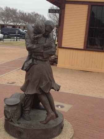 Grapevine Historic Main Street District: Statue of Love and war