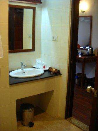 Lao Orchid Hotel: il bagno ben illuminato