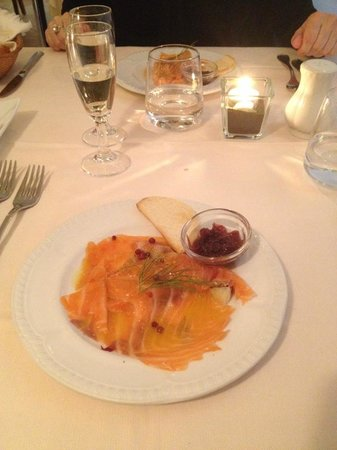 Il Navigante: carpaccio di salmone marinato gravlax con cipolla rossa caramellata