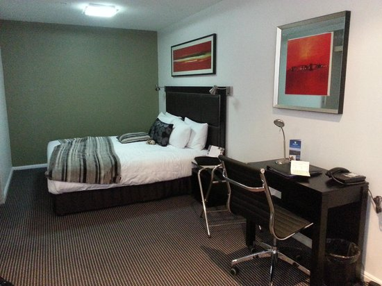 Amora Hotel Jamison Sydney: Nice queen bed, wardrobe with sliding doors facing the bed.