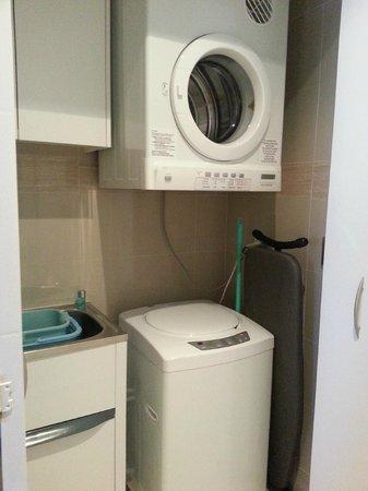 Amora Hotel Jamison Sydney: Washing machine and dryer, washing liquid provided.