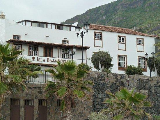 Isla Baja Suites: Blick von Meer über Straße zu Hotel