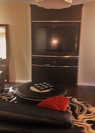 Hyatt House Falls Church : TV in living area of hospitality suite