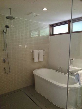 Berjaya Langkawi Resort - Malaysia: Large bathroom with raim shower and deep bath