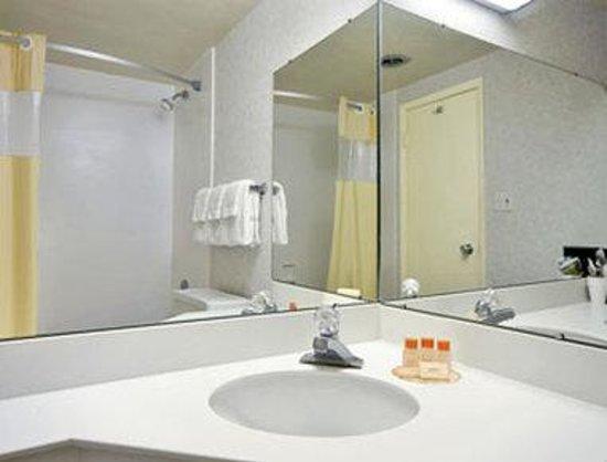 Days Inn New Stanton PA: Bathroom