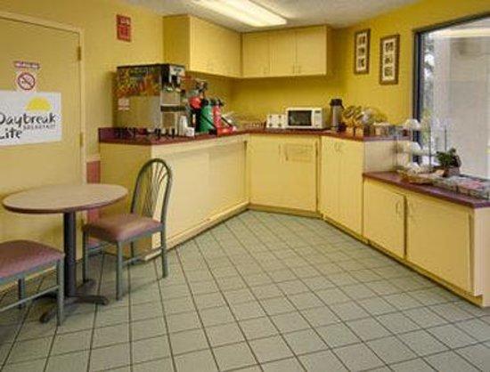 Days Inn Chattanooga Lookout Mountain West: Breakfast Setup