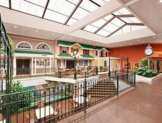 Days Inn Penn State : Atrium Wide Shot
