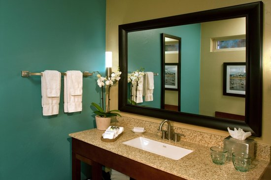 BEST WESTERN PLUS Beach View Lodge: Spacious Vanity