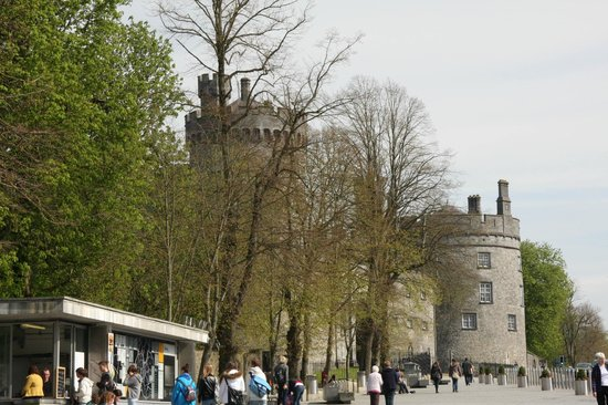 Langton House Hotel: Outside Kilkenny Castle