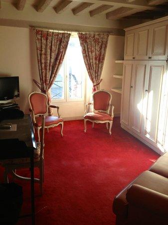 Des Ducs d'Anjou : Sitting area in La Camelia suite. So charming!