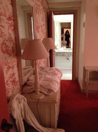 Des Ducs d'Anjou : Bedroom and bathroom