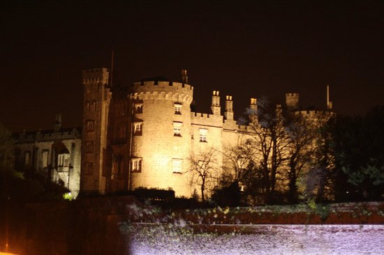 Langton House Hotel: Castle at night