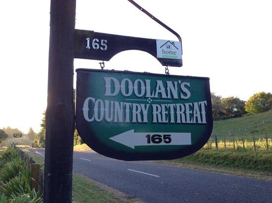 Doolan's Country Retreat: Entrance to Doolan's driveway