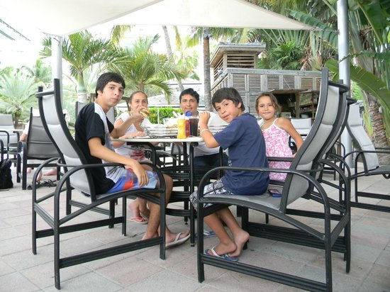 National Hotel Miami Beach: ALMORZANDO ANTES DE IR A LA PLAYA