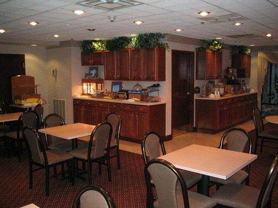 Holiday Inn Express Charleston / Southridge : Breakfast Bar
