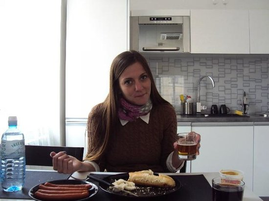 Agnes Apartments: almorzando