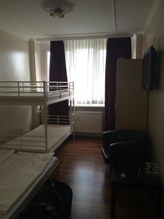 Aga's Hotel: soll eine Familiensuite mit Bettwäsche und Zustellbett sein