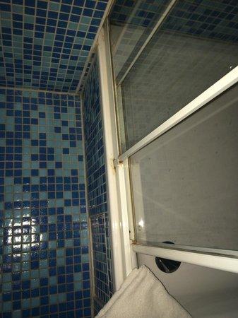 Aga's Hotel: kleines Bad, total verdreckt