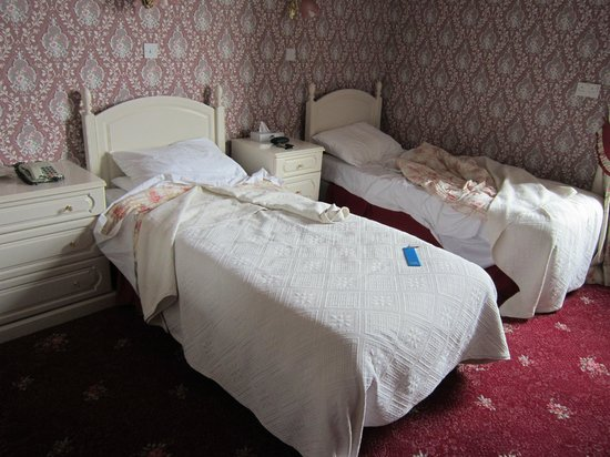 South Beach Hotel : The poorly made beds with old bedding