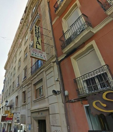 Hostal Cataluna: Entrance from the street