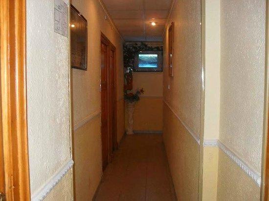 Hostal Cataluna: One of the hallways