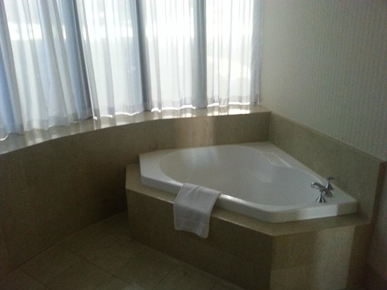 Crowne Plaza Surfers Paradise: bath spa