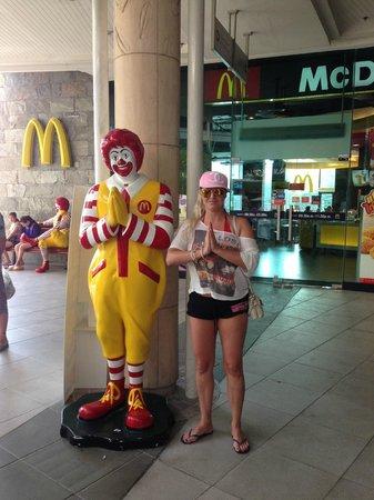 CentralFestival Phuket: Тут даже макдонадсовский клоун по-тайски приветствует...