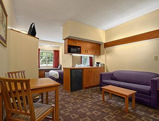 Microtel Inn & Suites by Wyndham Charlotte/Northlake: Suite