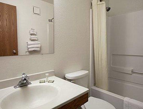 Super 8 Arcata : Bathroom