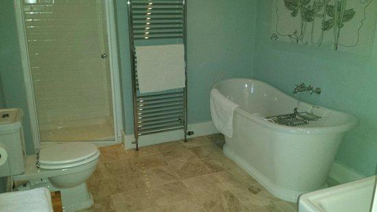 Mansefield House Bed & Breakfast : White Room Bathroom