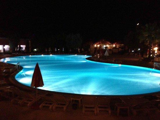 Suncity Hotel & Beach Club : Pool at night