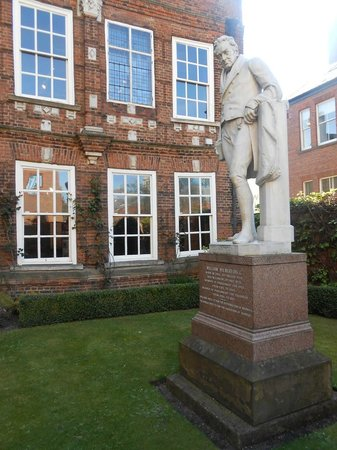 Wilberforce House Museum: Statue of William Wilberforce
