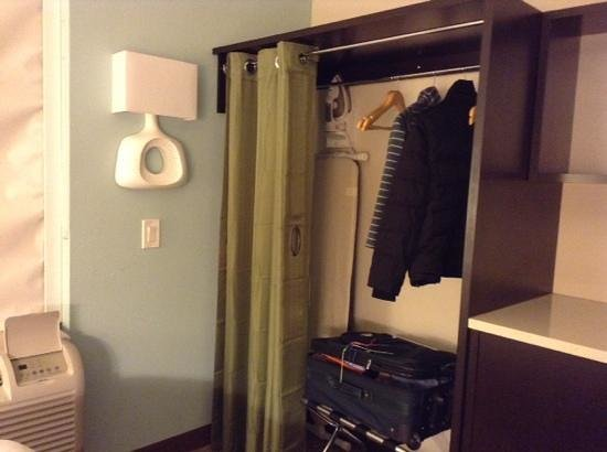 Home2 Suites by Hilton Philadelphia - Convention Center, PA: Closet in corner of room.