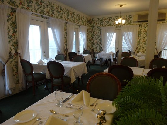 Claramount Inn & Spa : small but elegant dinning room called Clara's