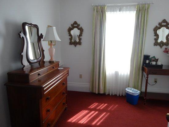 Claramount Inn & Spa: dressing room to room 5