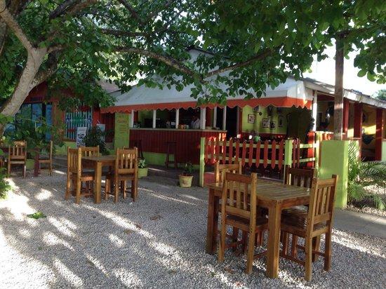 El Cafecito Lonza: Outside